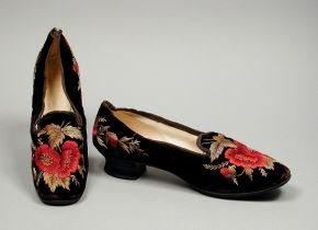 ★ 1860s Embroidered Velvet Ladies Slippers