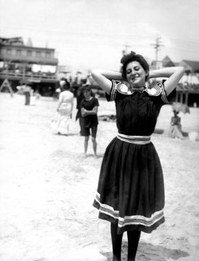 ★ On the Beach in Atlantic City (c.1905)